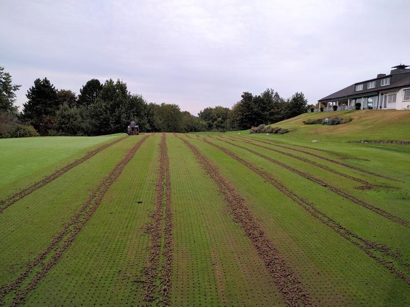 Integrierter Pflanzenschutz: Aerifizieren des Puttinggreens im Golf Club Hubbelrath