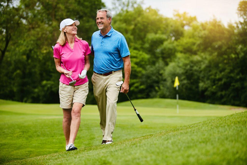 Pärchen beim Golf spielen