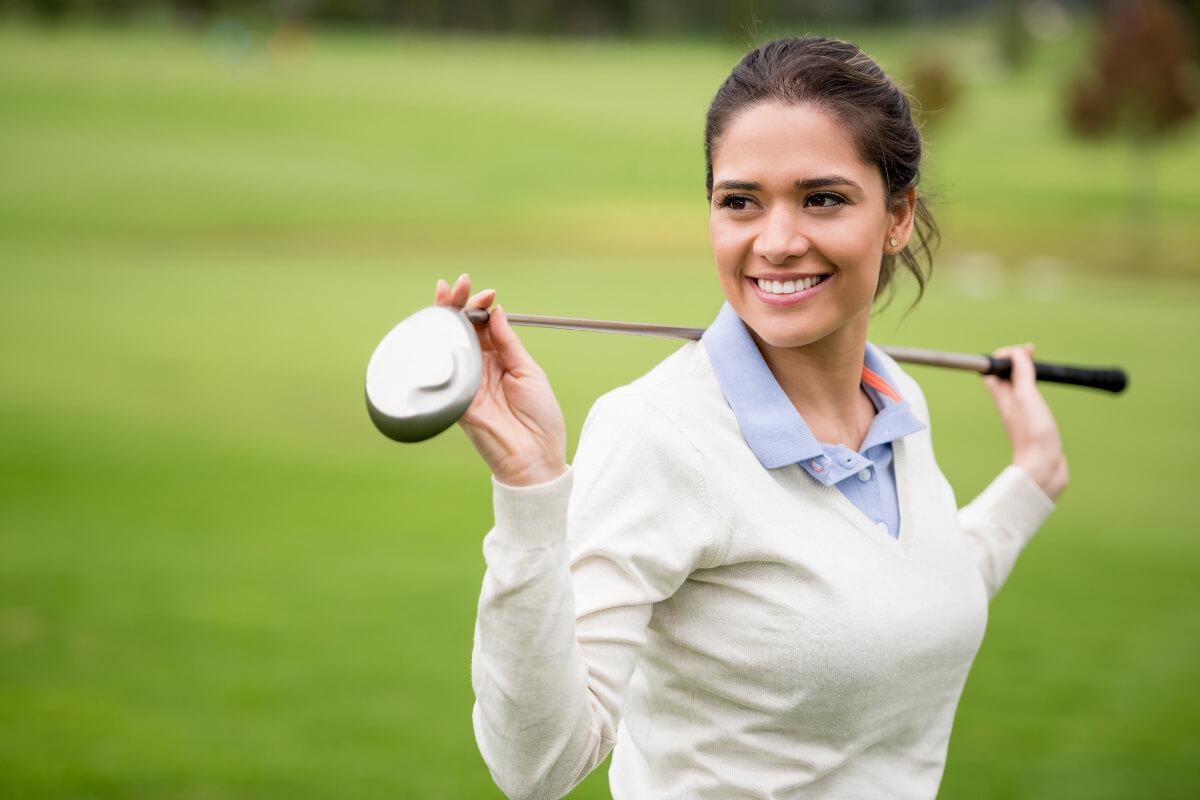 Junge Frau mit Golfschläger