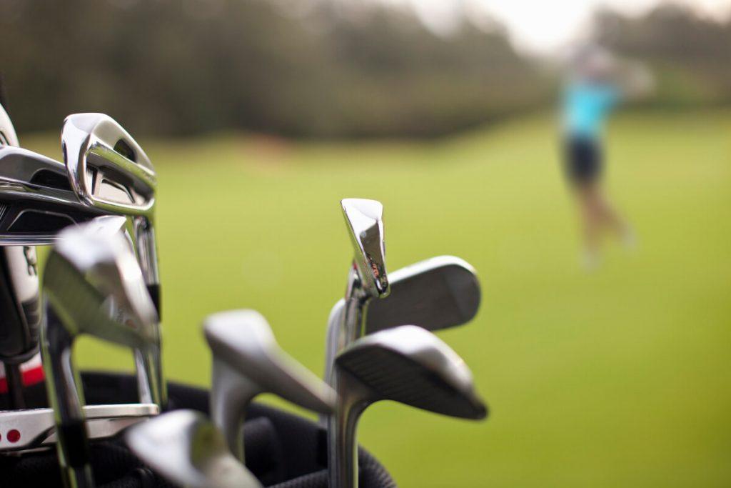 Nahaufnahme von Golfschlägern