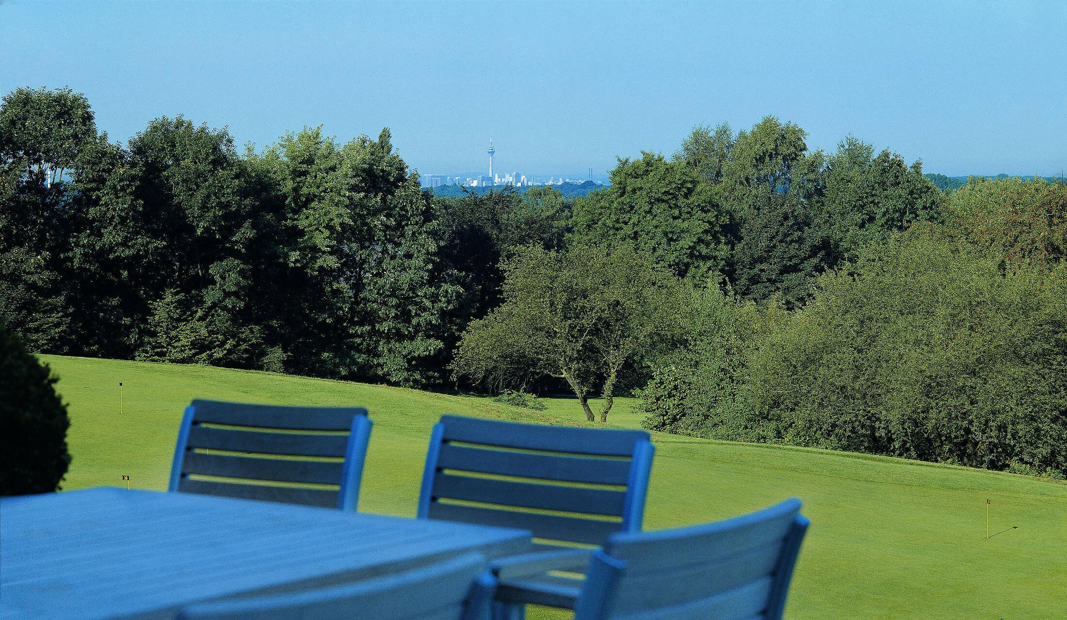 Blick auf die Skyline von Düsseldorf von der Terrasse des Golfclub